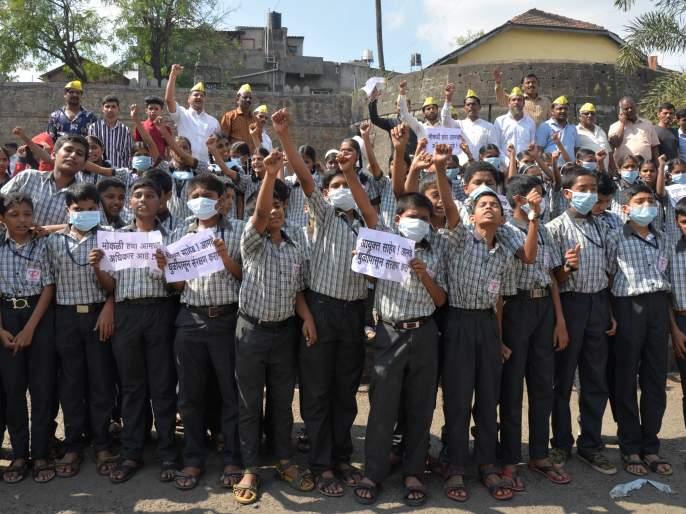 Protect the Commissioner from dust ...: Demolition at Badu Chowk on poor roads | आयुक्तसाहेब धुळीपासून संरक्षण करा...: खराब रस्त्यांवरुन बिंदू चौकात निदर्शने