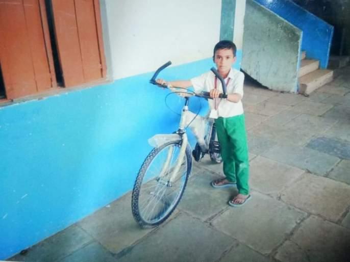 Despite lack of funds, the headmaster bought 53 lakh bicycles   निधी नसतानाही मुख्याध्यापकांनी खरेदी केल्या ५३ लाखांच्या सायकली