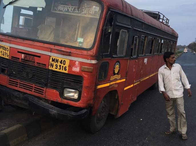 S.T. Bus jumped on road divider ! 45 passengers escaped | बस चढली दुभाजकावर! ४५ प्रवासी बचावले
