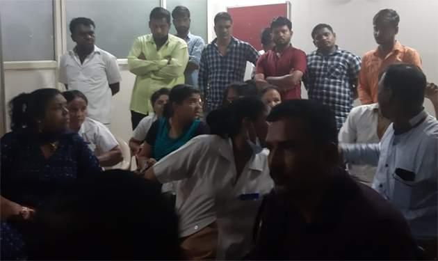 Brother kills brother in front of police at Beed District Hospital | बीड जिल्हा रुग्णालयात पोलिसांसमोरच नातेवाईकांकडून ब्रदरला मारहाण