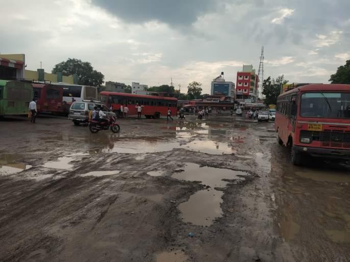 Road less potholes in bus station | बसस्थानकात रस्ता कमी खड्डे जास्त