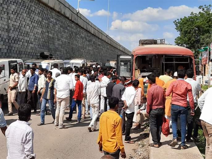 Three passengers on the bus critical of the accident | अपघातात बसमधील १५ प्रवासी गंभीर