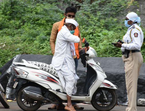 Punitive action against 70 two-wheelers in Shahada   शहाद्यात ७० दुचाकीस्वारांवर दंडात्मक कारवाई