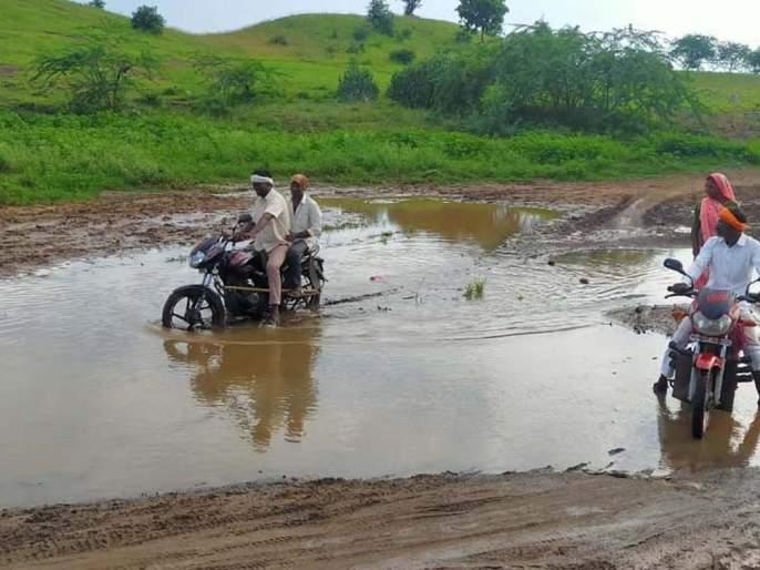 Nala water siege to Dhandre village   धांद्रे गावाला नाल्यातील पाण्याचा वेढा