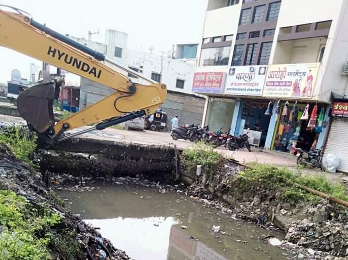 Parbhani: Spraying and cleaning of drains | परभणी : फवारणीबरोबरच नाल्यांची सफाई
