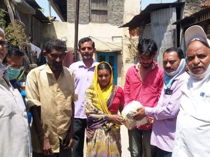 BJP leader Ghanshyam Agarwal distributes one month's groceries to 3 families in Nashik community | भाजप नेते घनश्याम अग्रवाल यांच्याकडून नाभिक समाजातील २५ कुटुंंबाना एक महिन्याचा किराणा वाटप