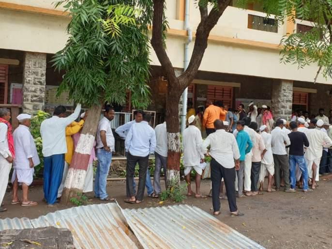 Hush ... the rain stopped; Queues at the polling station | हुश्श...पाऊस थांबला; मतदान केंद्रावर लागल्या रांगा
