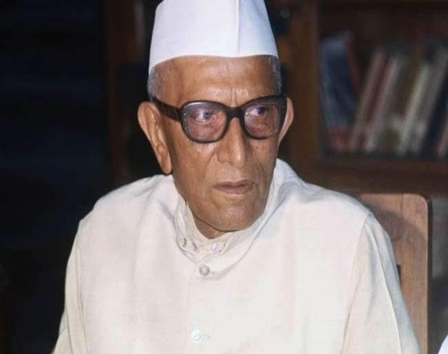 Petition against Morarji Desai rejected; Advocate fined 50 thousand by high court | मोरारजी देसाईंविरोधातील याचिका फेटाळली; वकिलालाच ठोठावला 50 हजारांचा दंड