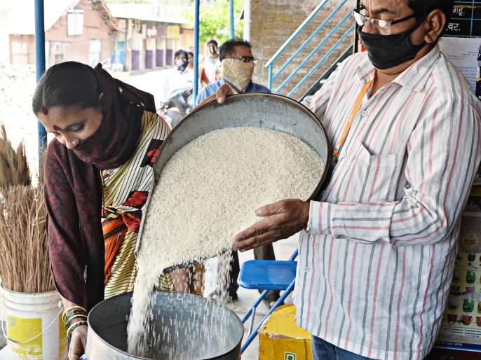 Allotment of 5 quintals of free rice on the first day in corona district   CoronaVirus Lockdown : जिल्ह्यात पहिल्याच दिवशी ६००० क्विंटल मोफत तांदूळ वाटप