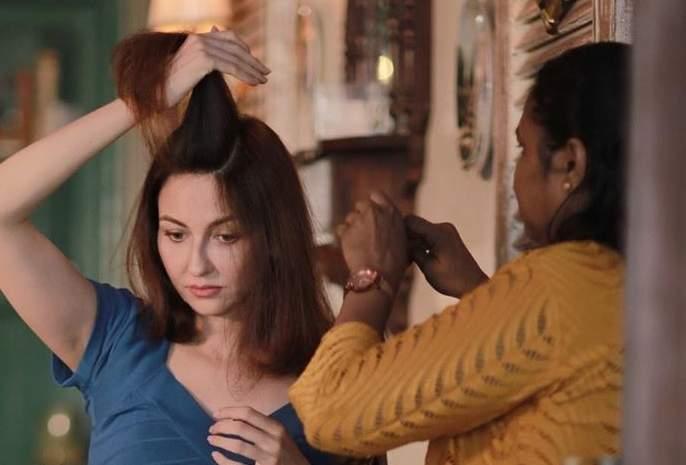 bhabhiji ghar par hain actress saumya tandons hair dresser tests positive for corona virus   'भाभी जी घर पर है'फेम सौम्या टंडनच्या हेअर ड्रेसरला कोरोनाची लागण, सेटवर भीतीचे सावट