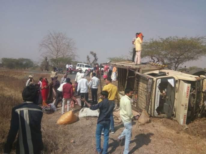 At least 11 people were injured in an accident near Amalner | अमळनेरजवळ लग्न वºहाडाचे वाहन उलटून ११ जण जखमी