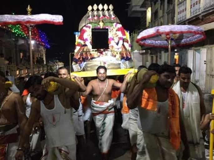 Shishavahan Shobha Yatra in 'Gajankata Ramana Govinda' | 'व्यंकट रमणा गोविंदा'च्या गजरात शेषवाहन शोभायात्रा