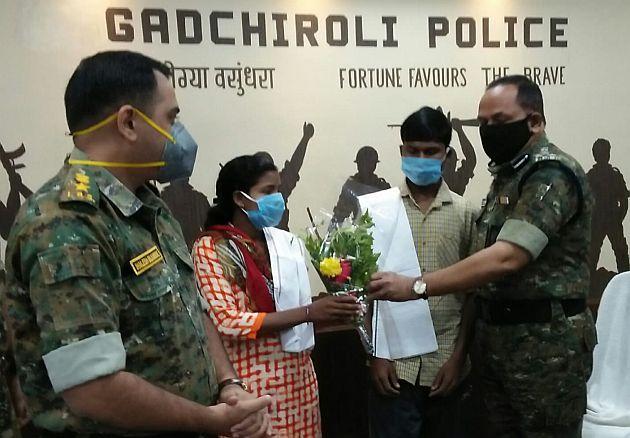 In Naxalite couple arrested in Gadchiroli, two Dalam members surrender | गडचिरोलीत जहाल नक्षली दाम्पत्याला अटक तर दोन दलम सदस्य शरण