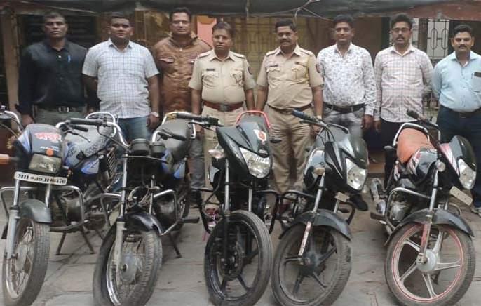 Three motorcyclists arrested   चार मोटारसायकलींसह तिघांना अटक