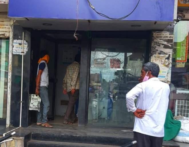 ATM centers in the city open without preventive measures | शहरात एटीएम सेंटर्स प्रतिबंधात्मक उपायांविनाच सुरू