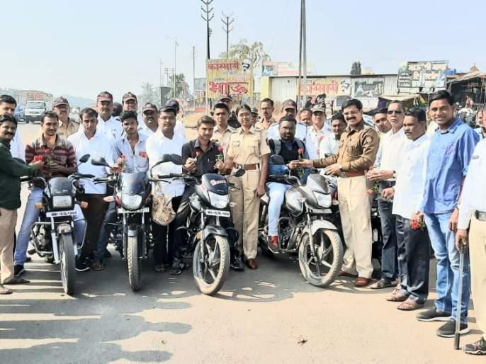 Policeman rides a motorcycle wearing no helmet! | ओझरला हेल्मेट न घालणाऱ्या दुचाकीस्वारांना पोलिसांकडून गुलाबपुष्प !