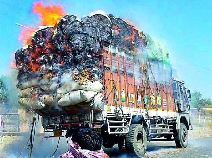 Soya bean ketara running truck burst   सोयाबीन कुटाराचा धावता ट्रक पेटला
