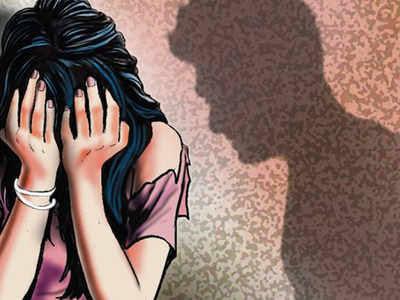 Maharashtra Shikshak Sena coordinator charged with rape; Threatened to kill her husband   महाराष्ट्र शिक्षक सेनेच्या समन्वयकावर बलात्काराचा गुन्हा दाखल; पतीला जीवे मारण्याची दिली धमकी