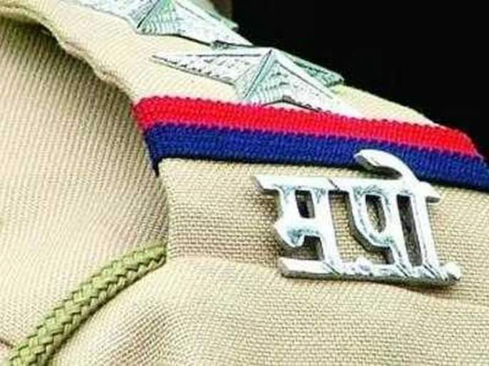 Freestyle fights between two policemen at Bhandara | भंडारा येथे दोन पोलिसांत फ्री स्टाईल मारामारी