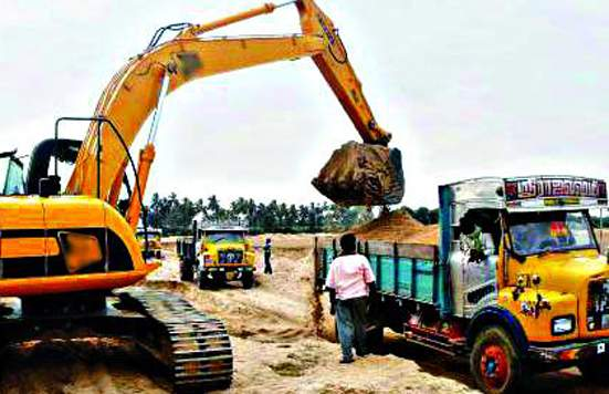 Godavari vessel sieve; Invalid sand traffic hazard | गोदावरी पात्राची चाळण; अवैध वाळू वाहतूक जोमात