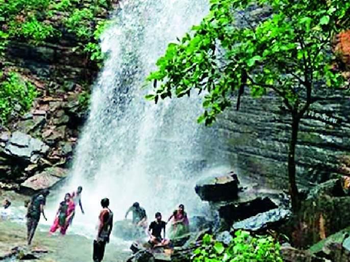 Muktai waterfall blossoms by tourists | मुक्ताई धबधबा पर्यटकांनी फुलला