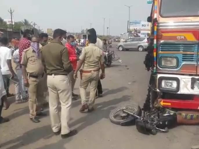 Accident at Ghoti Chowfuli; One killed, two injured   घोटी चौफुलीवर अपघात; एक ठार, दोघे जखमी