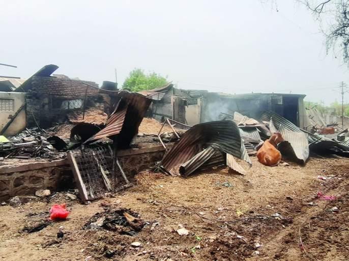 22 shops in the weekly market caught fire   आठवडी बाजारातील २२ दुकानांना आगीची झळ