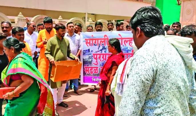 Shegaonkar ran to help kolhapur flood victims | पूरग्रस्तांच्या मदतीला धावले शेगावकर