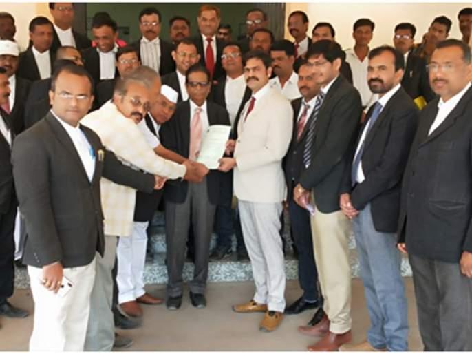 Candidate's request for Chandwad Lawyers team | चांदवड वकील संघातर्फे विविध मागण्यांचे निवेदन
