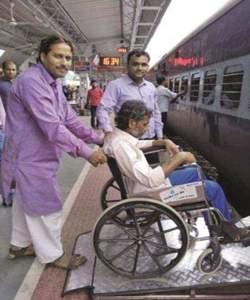 Railway will soon provide portable aluminum ramp for the disabled! | दिव्यांगांसाठी रेल्वे लवकरच पोर्टेबल अॅल्युमिनियम रॅम्पची सुविधा देणार !