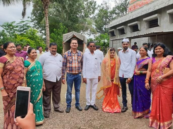 Re-marrying of progress, a turning point in the Maratha-Deshmukh society | प्रगतीच्या भविष्यासाठी त्यांनी जुन्या प्रथेची 'बेडी' तोडली, पुनर्विवाहाची गाठ बांधली!