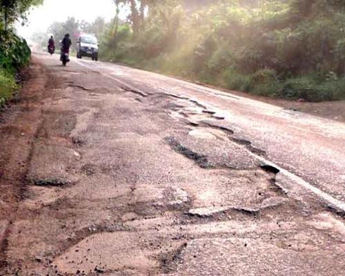 It takes 3 and a half hours to reach Solapur-Barshi   सोलापूर-बार्शीमधील ७० किमीचे अंतर पोहोचायला लागतात साडेतीन तास