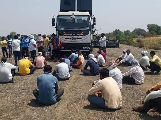 Farmers stopped work on the highway in exchange for land acquisition | भूसंपादनाच्या मोबदल्यासाठी शेतकऱ्यांनी महामार्गाचे काम बंद पाडले