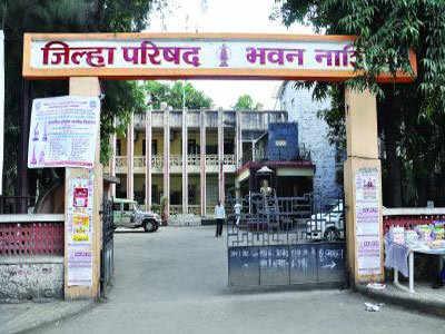 Locals gram panchayat locks | दरी ग्रामपंचायतीला पदाधिकाऱ्यांनी ठोकले ताळे