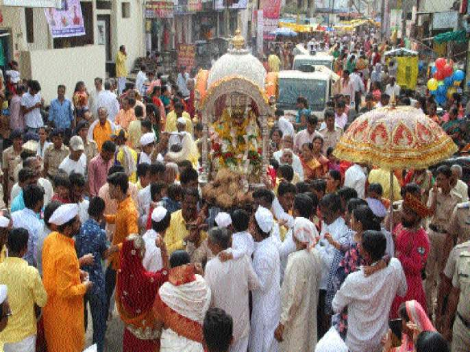 Jalna enthusiastically excited by the crowd | जालन्यात अलोट गर्दीने पालखीचा उत्साह व्दिगुणित