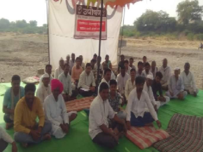 Fasting in the Godavari of the people of Poona Gunj | पाण्यासाठी गुंज येथील ग्रामस्थांचे गोदापात्रात उपोषण