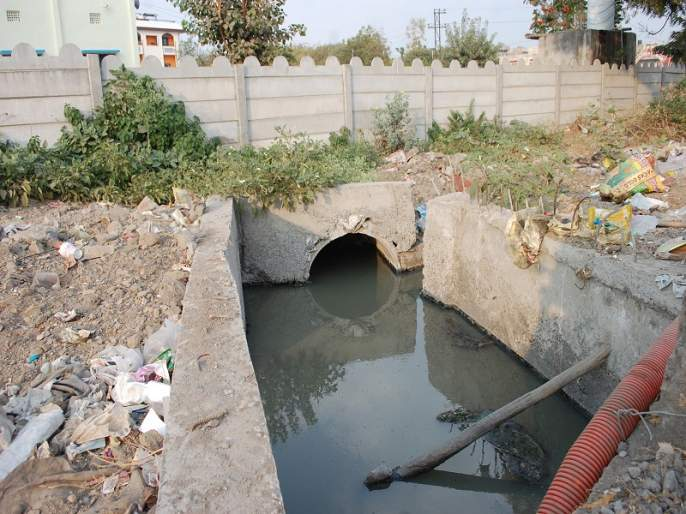 Drainage line work in Bajajnagar | बजाजनगरातील ड्रेनेजलाईनचे काम रखडले