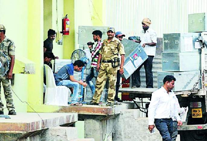 Lok Sabha Election 2019; EVM machine seal in Strangroom | Lok Sabha Election 2019; स्ट्राँगरुमध्ये ईव्हीएम मशीन सील