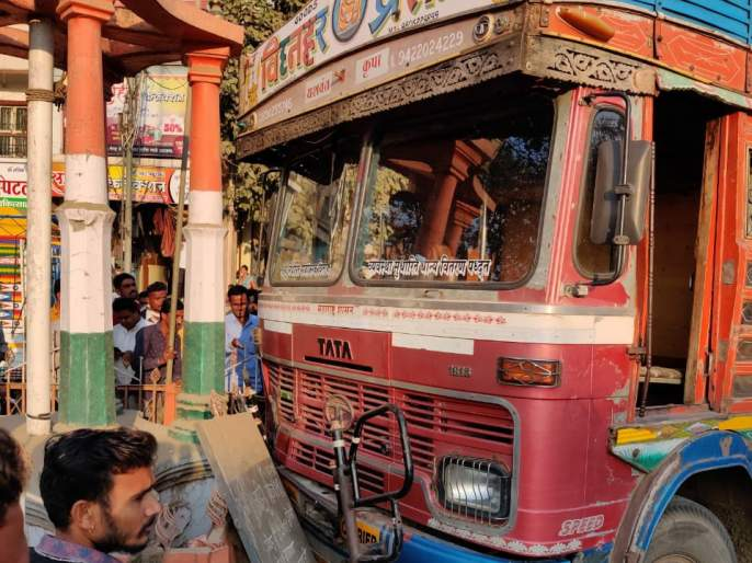 Five lanterns collide with a truck   देवळ्यात पाच कंदिलांना ट्रकची धडक
