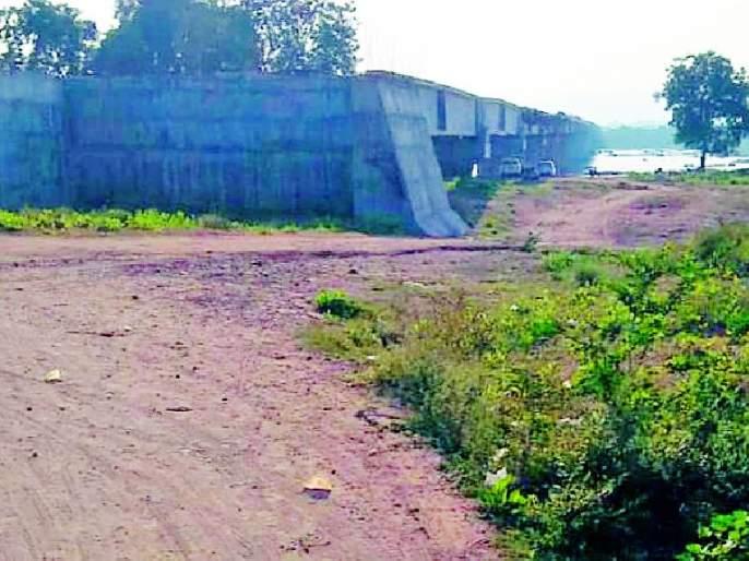 The construction of the bridge was completed but there is no linkage   पुलाचे बांधकाम पूर्ण झाले मात्र जोडरस्त्याचा पत्ता नाही