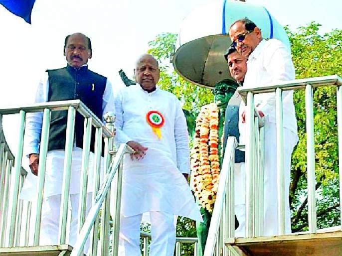 Congress leaders greeted Baba Saheb | कॉँग्रेस नेत्यांनी केले बाबासाहेबांना अभिवादन
