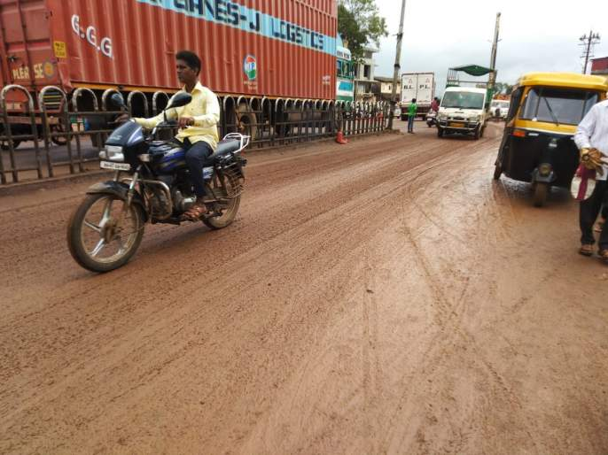 Kankavali became muddy again; Civilians suffer, the possibility of an accident! | कणकवली बनली पुन्हा चिखलमय; नागरिक त्रस्त, अपघाताची शक्यता!