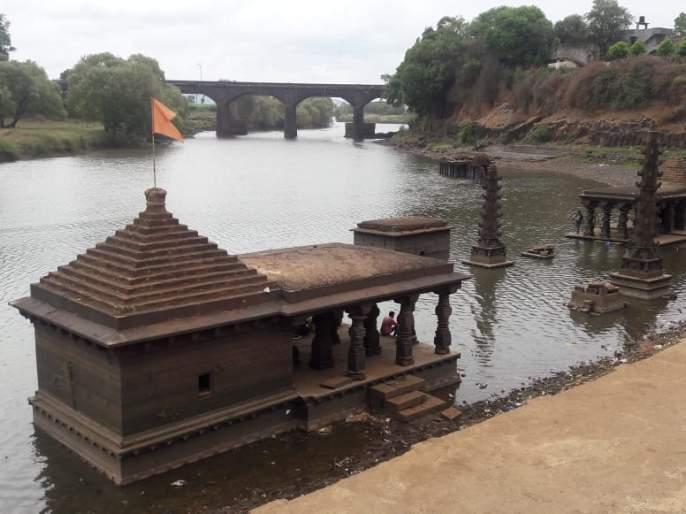 View of the ancient temples of Panchganga Katha after flooding the water | पाणी आटल्याने पंचगंगा काठावरील प्राचीन मंदिरांचे दर्शन
