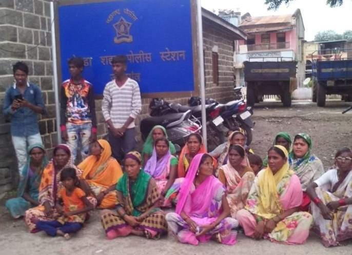 Women police station for drunkenness at Nagalwadi   दारूबंदीसाठी नागलवाडीच्या महिलांचा चोपडा पोलीस स्टेशनवर ठिय्या