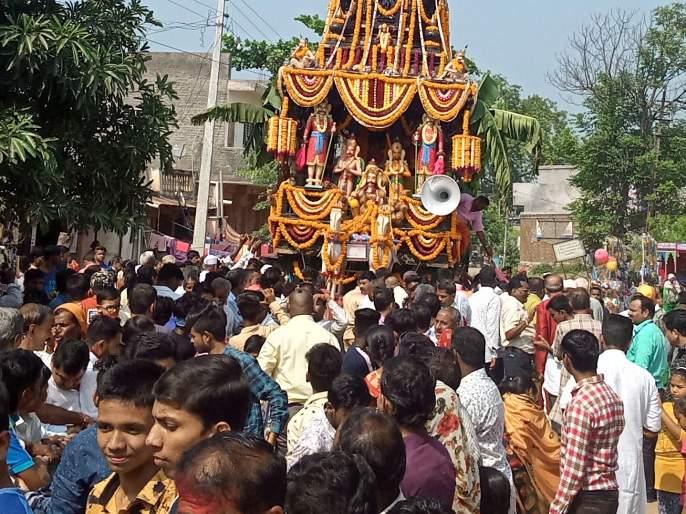 At the Rathotsav procession in Bahadurpur | बहादरपूर येथे रथोत्सव जल्लोषात
