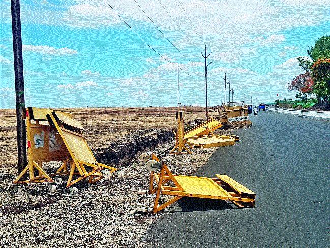 Barricades falls for one and a half months   दीड महिन्यांपासून बॅरिकेड्स पडून