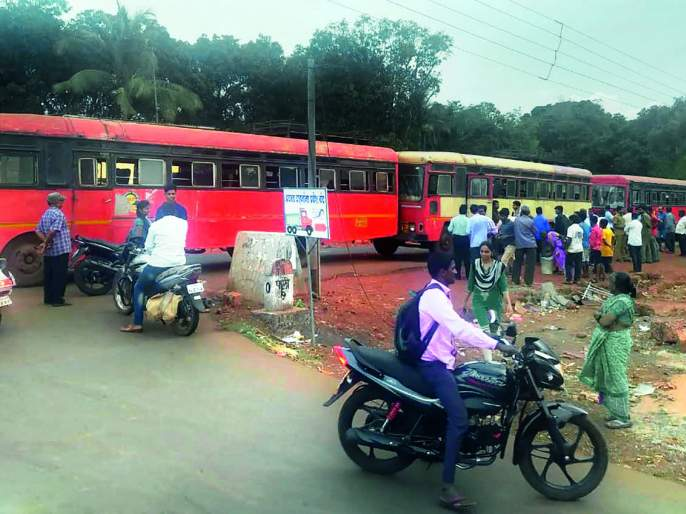 Eight injured in Paliat bus crash, loss of buses | पालीत बस धडकेत आठ जखमी, बसचेही नुकसान