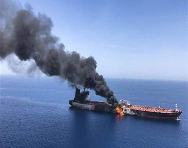 attack on oil tankers in Oman's creek; A lot of fire in the sea | ओमानच्या खाडीमध्ये तेलवाहू जहाजांवर पुन्हा हल्ले; भर समुद्रात उठले आगीचे लोट
