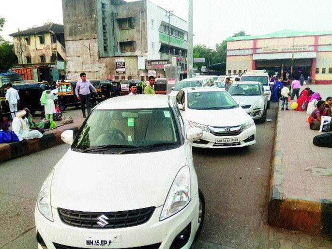 Obstruction of vehicles in the 'drop and go' space | 'ड्रॉप अॅण्ड गो' जागेतचवाहने उभी केल्याने अडथळा