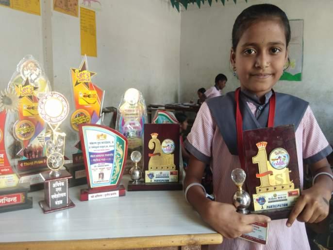 A laborer's daughter in the eastern part specializes in dance and acting   पूर्वभागातील श्रमिकाच्या मुलीचं नृत्य अन् अभिनयात कौशल्य